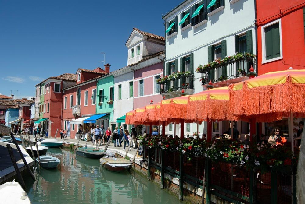 italy-burano-canal-restaurants