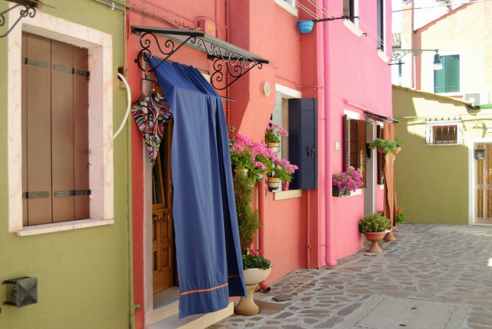 italy-burano-pink-orange-green-houses