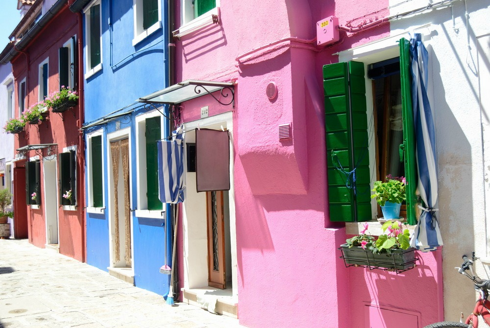 italy-burano-rainbow-houses-bright