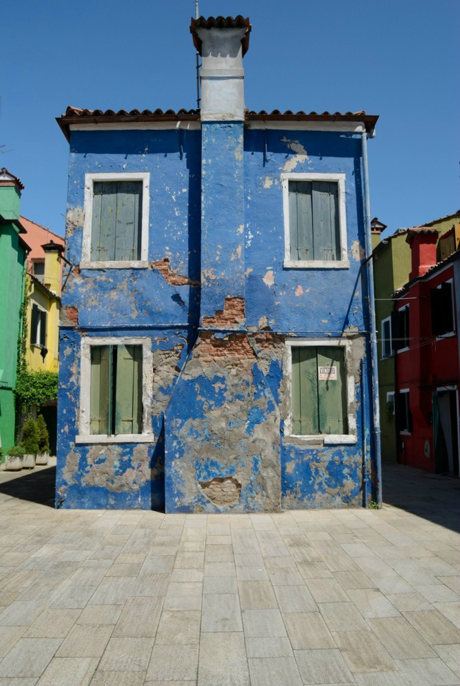 italy-burano-vendesi-blue-crumbling-house